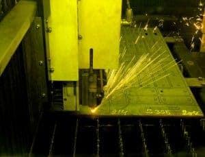 Laserskæring. Her bliver der laserskåret.